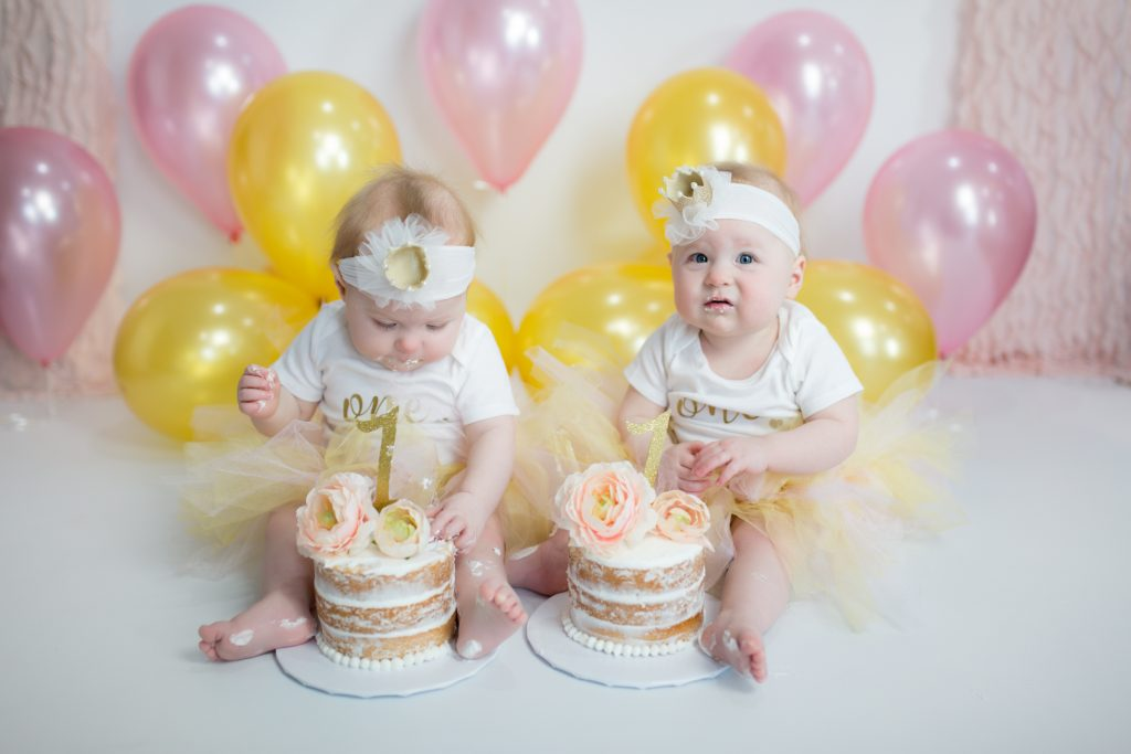 Twins First Birthday Photo Shoot #twins #twingirls #twinsfirstbirthday #smashcakesession #pinkandgoldsmashcake