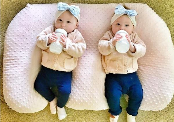 Here are 7 twin milestones to expect during the first year. #twinmilestones #twins #newborntwins #oneyearoldtwins #expectingtwins #twinom #twinparents